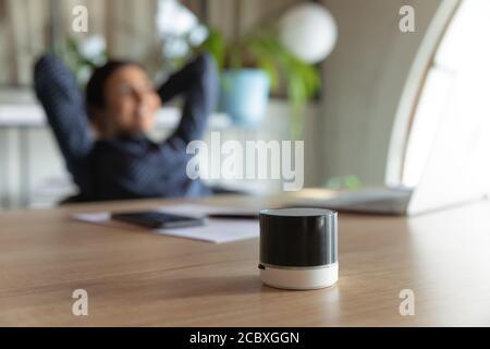 Gros plan sur le petit assistant numérique portable sur table.