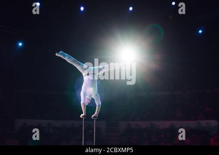Acrobaties aériennes de l'homme au Cirque. Spectacle de cirque