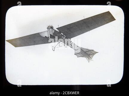 Une diapositive magique représentant le monoplan « Antoinette » d'Hubert Latham lors de la réunion aérienne de Blackpool en 1909, le premier spectacle aérien de Grande-Bretagne. Diapositive publiée par W. Butcher & Sons, Londres et datant d'environ 1914.