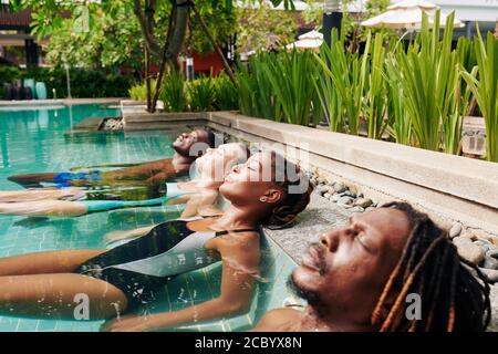Vacances d'été dans la piscine Banque D'Images