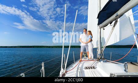 Couple aimant debout sur le yacht appréciant romantique Voilier Tour, Panorama Banque D'Images