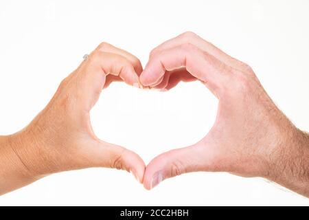 Gros plan horizontal d'un homme et d'une femme faisant le symbole de coeur de main sur un fond blanc. Banque D'Images