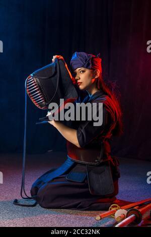 cuacasian kendo femelle portant un casque de protection sur la tête avant de pratiquer le combat. concept traditionnel japonais des arts martiaux