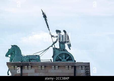 Vue rapprochée de la quadriga qui se trouve au sommet de l'emblématique porte de Brandebourg à Berlin. La statue présente une déesse (Victoria) conduisant une quatre heures