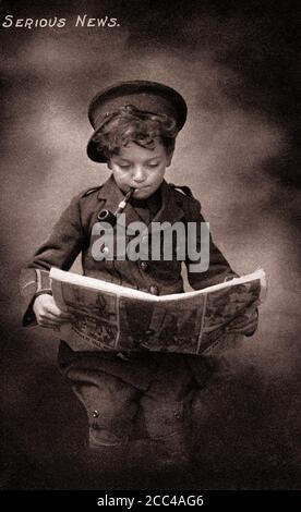 Humour carte postale de propagande britannique de la première Guerre mondiale. Jeune garçon en uniforme de l'armée britannique avec pipe fumeur lisant le journal.