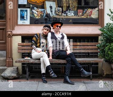 Berlin Mitte, Mulackstrasse 26. World End - Boutique de mode Vivienne Westwood, designer britannique, avec jeune couple branché assis à l'extérieur sur le banc Banque D'Images