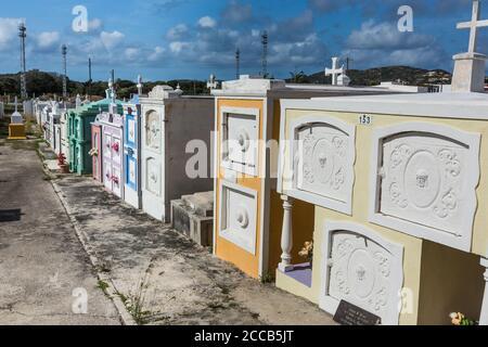 Le cimetière de l'église catholique Saint-Joseph, une église paroissiale de la ville de Barber sur l'île des Caraïbes de Curaçao aux Antilles néerlandaises.