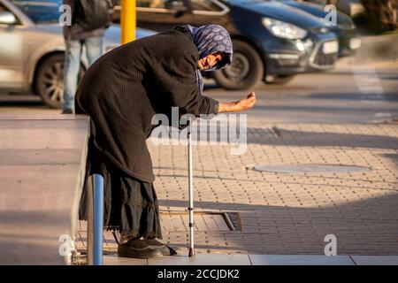 Mendiant femelle senior regardant directement dans la caméra tout en mendiant Pour de l'argent dans les rues de Sofia Bulgarie