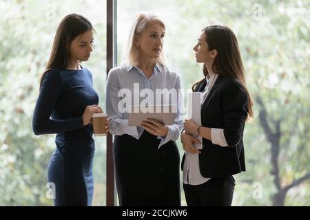 Les jeunes femmes demandent des conseils à une collègue de sexe féminin expérimenté