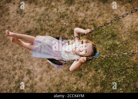 Bonne petite fille sur un swing
