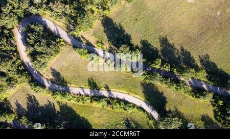 zénith vue aérienne d'une route avec virage en épingle à cheveux et arbres autour Banque D'Images