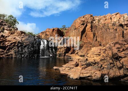 Piscine moyenne sur le trek de Edith Falls à Upper pool cascades. Fumée provenant de la combustion de carburant. Roche naturelle noire. Edith Falls, Nitmiluk, Australie Banque D'Images