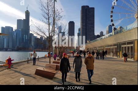 Promenade le long de Navy Pier avec Chicago City Skyline et Centennial Wheel en arrière-plan, Chicago Illinois, États-Unis