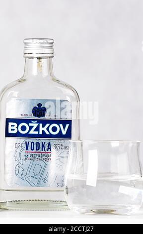 Prague, République tchèque - 03 octobre 2019. Petite bouteille de vodka avec photo sur fond clair