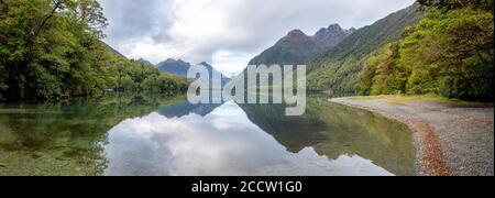 Panorama du lac Gunn dans la vallée d'Eglinton, sur la route de Milford Sound, parc national Fiordland, Southland/Nouvelle-Zélande Banque D'Images