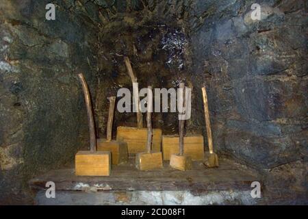 Plusieurs vieux marteaux avec poignées de manche et un bloc de bois tête de marteau