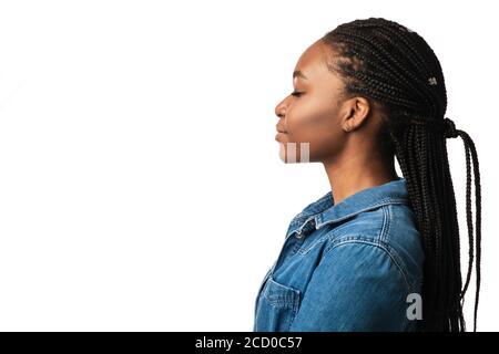 Profil Portrait de la fille noire avec coiffure tressée, fond blanc