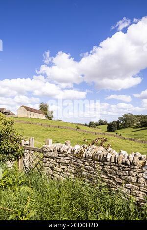 Paysage d'été du village de Calmsden Gloucestershire, dans les Cotswold ROYAUME-UNI
