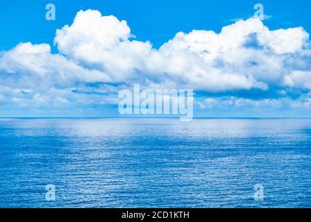 L'océan rencontre le ciel au large de la côte de Maui, Hawaï.
