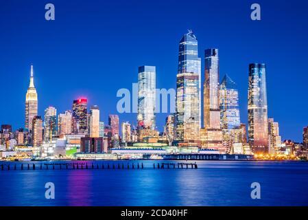 New York, États-Unis d'Amérique - vue nocturne de Mid Manhattan au coucher du soleil, depuis Union City et Hudson River.