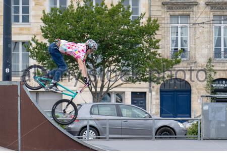 bmx rider au skatepark en train de faire des cascades sur son vélo l'air Banque D'Images