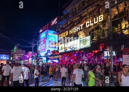 Foules et bars sur Bangla Walking Street, Patong, Phuket, Thaïlande
