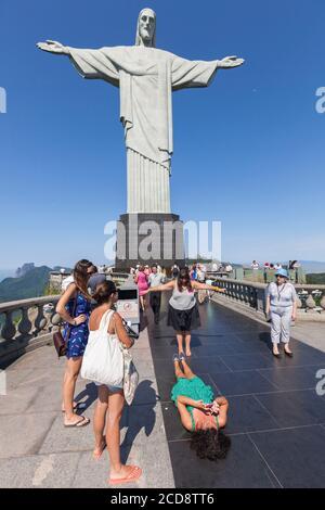 Brésil, Etat de Rio de Janeiro, ville de Rio de Janeiro, colline de Corcovado, paysages de Carioca entre la montagne et la mer classé patrimoine mondial de l'UNESCO, les touristes prenant une photo devant la statue du Christ Rédempteur Banque D'Images