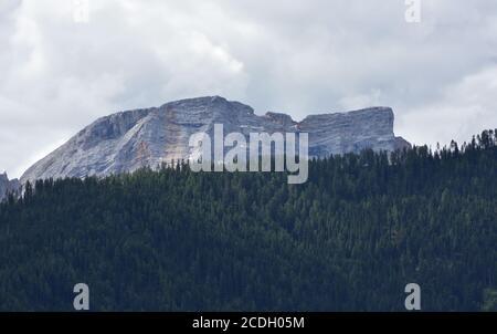 Massif de Croda del Becco, la montagne qui surplombe le lac Braies Banque D'Images