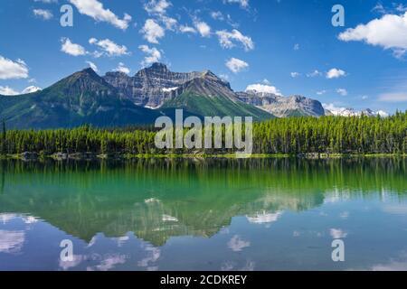 Réflexions du lac Herbert dans le parc national Banff, promenade Icefields, Alberta, Canada.