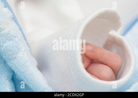 Bébé main dans la manche a dormi paisiblement, photo macro