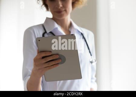 Gros plan femme professionnelle médecin tenant une tablette numérique