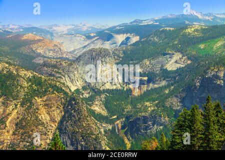 Point d'observation de Glacier dans le parc national de Yosemite, Californie, États-Unis. Vue depuis Glacier point : Liberty Cap au sommet de Yosemite Valley, Vernal