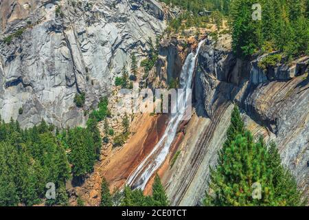 Vue rapprochée de la cascade d'automne du Nevada sur Merced River depuis Mist Trail dans le parc national de Yosemite. Vacances d'été en Californie, Etats-Unis de