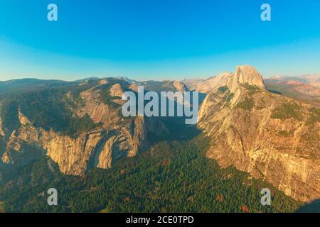 Panorama au coucher du soleil à Washburn point dans le parc national de Yosemite, Californie, États-Unis. Vue sur Half Dome, Liberty Cap, Yosemite Valley, Vernal Fall et