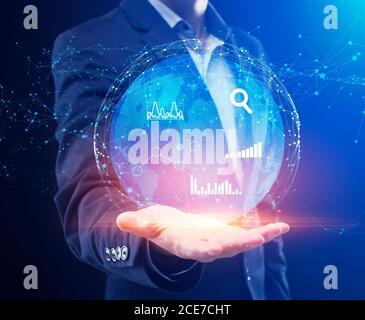 Gestion globale des données métiers. Homme d'affaires tenant Globe Hologram avec graphiques et graphiques