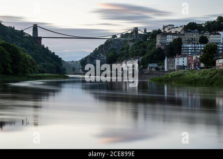 La rivière Avon coule sous le légendaire pont suspendu Clifton à travers la gorge Avon de Bristol. Au crépuscule.