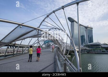 Singapour, le Marina Bay Sands (complexe commercial et hôtel) vu depuis le pont Helix, Marina Bay Banque D'Images