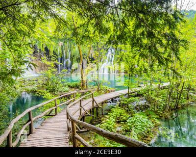 Des vues fantastiques comme le parc national des terres de contes de fées de rêve, incroyable Plitvice lacs en Croatie Europe eau écoulement cascade eau turquoise