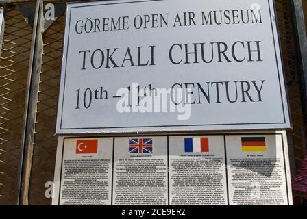 Musée en plein air de Göreme affiche et brève information en quatre langues. Patrimoine mondial de l'UNESCO. Cappadoce Turquie