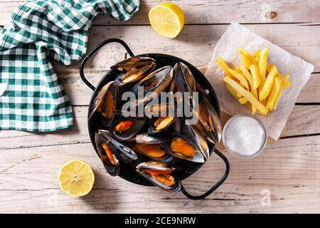 Les moussels et les frites ou les grains de beauté. Cuisine belge typique.