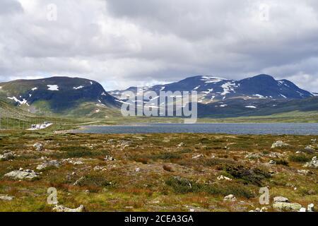 Campeurs sur la route 52, sur les montagnes norvégiennes, près de Hemsedal