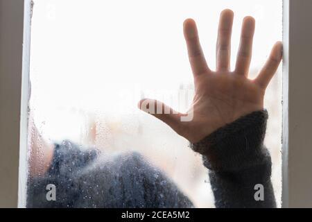 Homme derrière le verre Steamy avec les mains dessus Banque D'Images