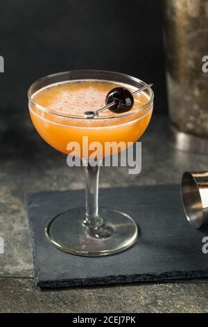 Cocktail de sang et de sable avec une garniture de cerise