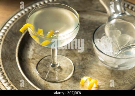 Martini frais et sec avec une garniture de citron et vermouth