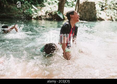 Les enfants s'amusent sur la rivière Banque D'Images
