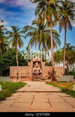 temple de narasimha lakshmi l'art antique de pierre de hampi d'angle unique est prise à hampi karnataka inde. Ce temple présente le plus grand effigie de