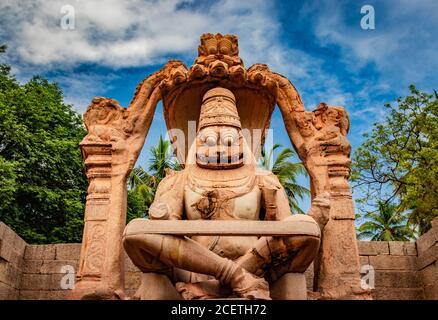 le temple de narasimha lakshmi hampi l'art antique de pierre de gros plan tourné sous un angle unique avec une image de ciel incroyable est pris à hampi karnataka inde. Ce temple