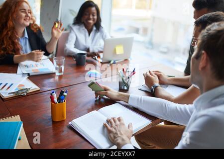 groupe international de personnes, équipe d'affaires se sont réunis sur la table pour discuter des idées d'affaires, en utilisant des documents, des diagrammes. Des gens d'affaires créatifs Banque D'Images