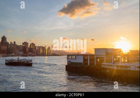 Star Ferry approchant de Star Ferry Pier au coucher du soleil, Tsim Sha Tsui, Kowloon, Hong Kong