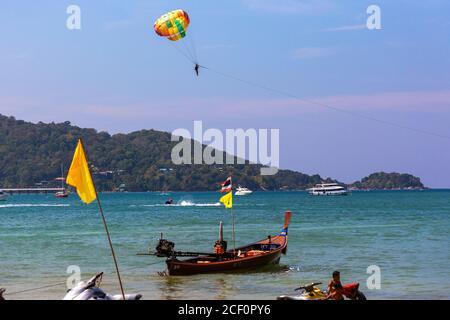 Parachute ascensionnel au-dessus de la mer, Patong Beach, Phuket, Thaïlande